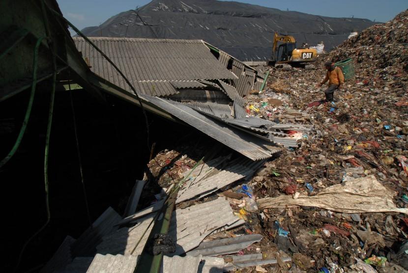 Seorang pemulung mencari botol bekas di lokasi longsor zona III di Tempat Pembuangan Akhir (TPA) Sumur Batu, Kota Bekasi, Jawa Barat (ilustrasi)