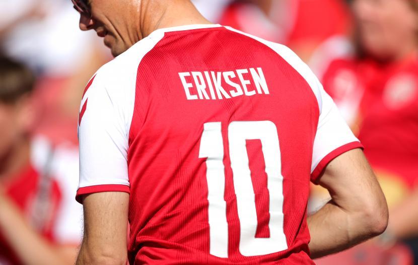 Seorang penggemar Denmark mengenakan jersey pemain sepak bola Denmark Christian Eriksen sebelum pertandingan sepak bola babak penyisihan Grup B Euro 2020 antara Denmark dan Belgia di Kopenhagen, Denmark, 17 Juni 2021.