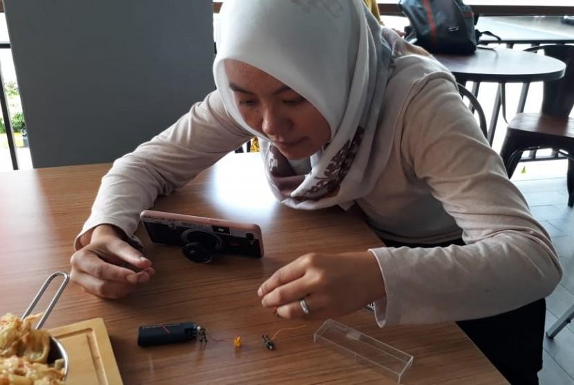 Seorang penggiat fotografi miniatur tengah mengambil gambar obyek kecil di salah satu cafe di Kota Sukabumi Ahad (3/2). Keberadaan miniatur fotografi ini selain hobi tapi bisa menghasilkan pendapatan.
