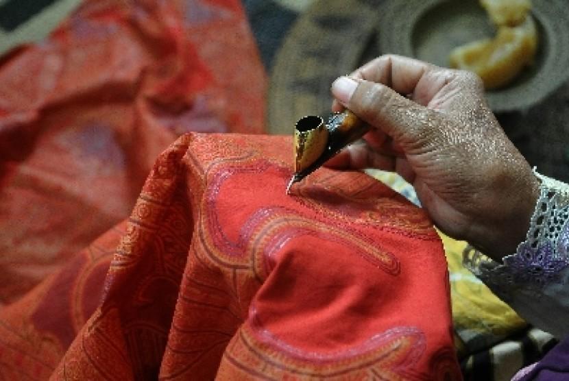 Seorang pengrajin menunjukan proses pembuatan batik tulis pada Pameran Batik Warisan Budaya di Plaza Industri gedung Kementerian Perindustrian, Jakarta, Selasa (30/9).