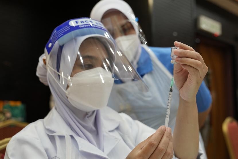 Seorang perawat menyiapkan dosis vaksin Pfizer terhadap penyakit virus corona (COVID-19) untuk siswa sekolah menengah di pusat vaksin di Shah Alam, Malaysia, Senin, 20 September 2021.