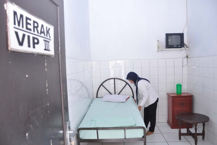 Seorang perawat merapihkan tempat tidur ruangan inap rumah sakit jiwa (ilustrasi)