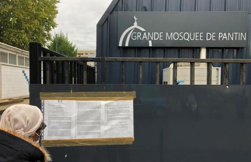 Masjid Paris yang Ditutup Usai Teror Buka Kembali. Seorang perempuan membaca pengumuman penutupan Masjid Agung Pantin di pinggiran Paris, Prancis, 20 Oktober 2020. Masjid tersebut ditutup usai pembunuhan seorang guru beberapa hari sebelumnya.