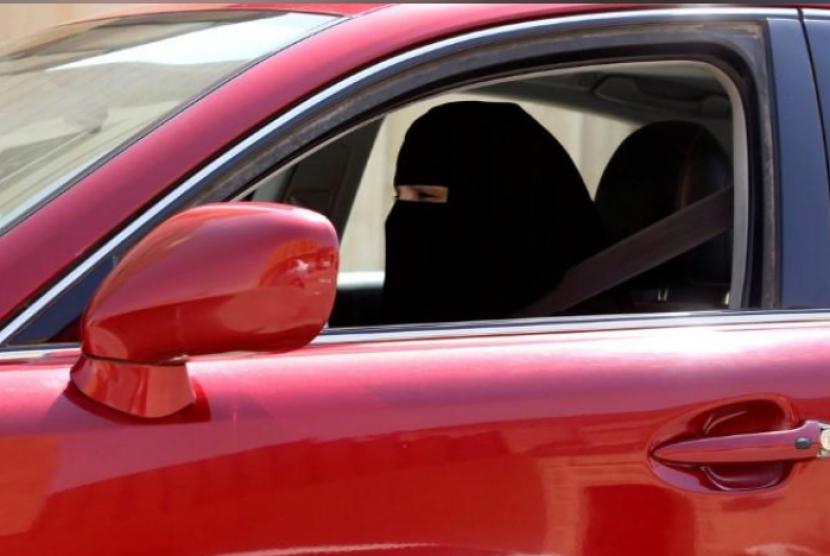 Seorang perempuan Saudi yang mengendarai mobil
