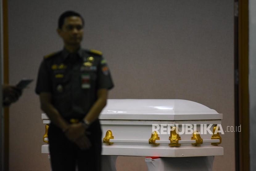 Seorang perwira menengah TNI AD berdiri disamping peti jenazah almarhum Presiden ke-3 RI, BJ Habibie di Rumah Jenazah Rumah Sakit Pusat Angkatan Darat (RSPAD) Gatot Soebroto, Jakarta, Rabu (11/9/2019).