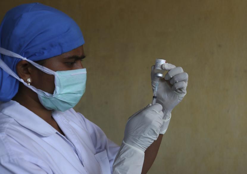 Seorang petugas kesehatan bersiap untuk memberikan vaksin virus corona COVAXIN bagi orang-orang yang datang untuk mendapatkan dosis kedua mereka di sebuah pusat kesehatan umum di Hyderabad, India, Kamis, 27 Mei 2021.
