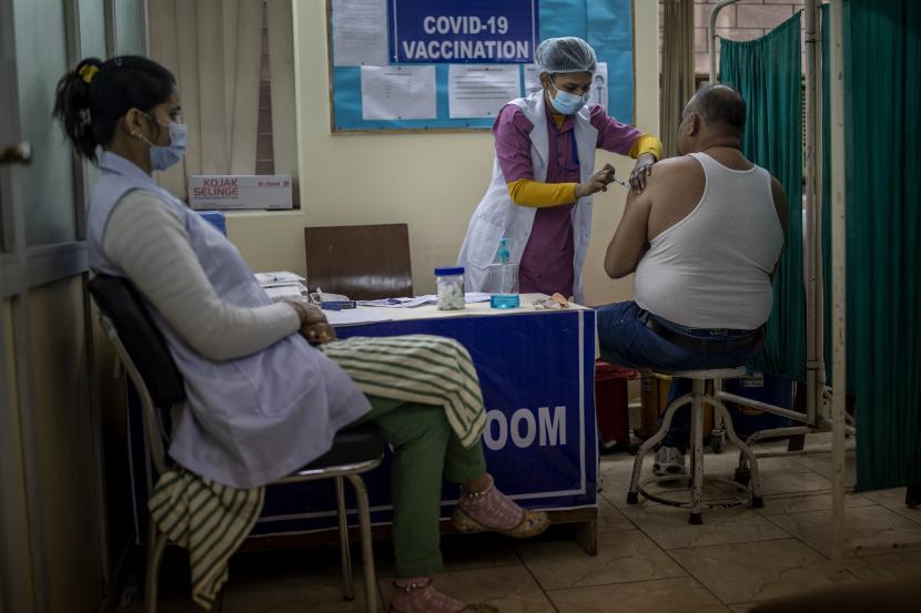 Seorang petugas kesehatan memberikan vaksin COVID-19 kepada penerima di rumah sakit swasta di New Delhi, India, Sabtu, 13 Februari 2021.
