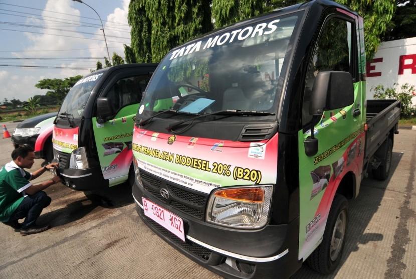 Seorang petugas mekanik memeriksa mobil Tata Super Ace 1400 cc dan Tata Ace EX2, mini pikap diesel pertama di Indonesia, disela touring roadshow sosialisasi dan pengujian solar baru Biodiesel 20% (B20), di SPBU di Tegal, Jawa Tengah, Kamis (28/1).