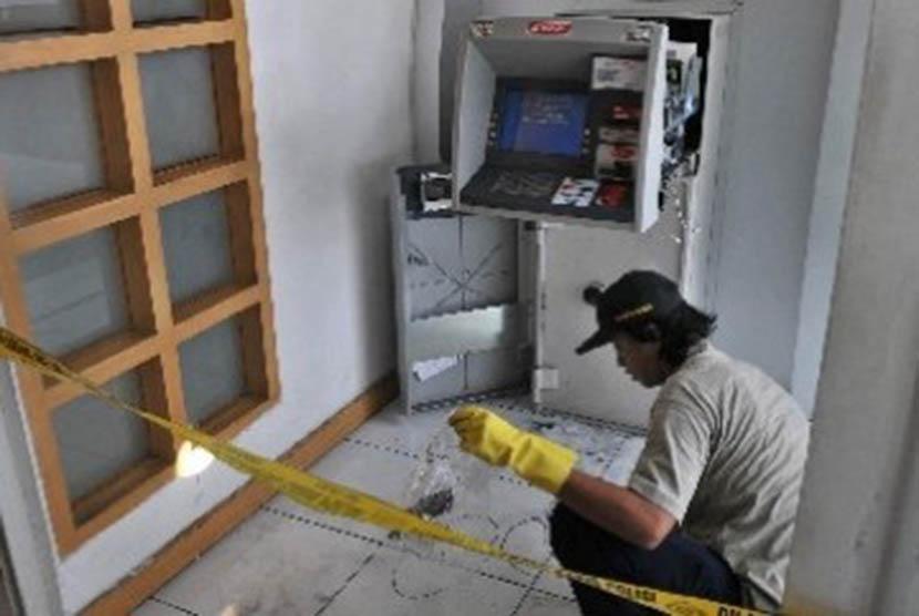 Seorang petugas melakukan identifikasi di tempat kejadian kasus pembobolan mesin ATM (ilustrasi).