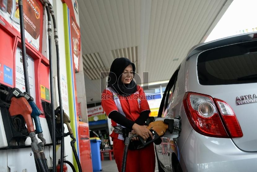 Seorang petugas melayani penjualan bahan bakan minyak (BBM) di salah satu SPBU Kawasan Grogol, Jakarta, Selasa (28/4). (Republika/ Yasin Habibi)