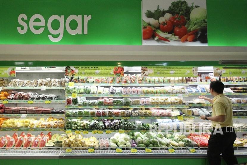 Seorang petugas memeriksa barang berupa sayuran, buah-buahan dan panganan olahan yang di sebuah supermarket di Kota Bandung, Rabu (20/12). Masyarakat berharap menjelang Natal dan tahun baru harga kebutuhan pokok atau sembako tetap terkendali.