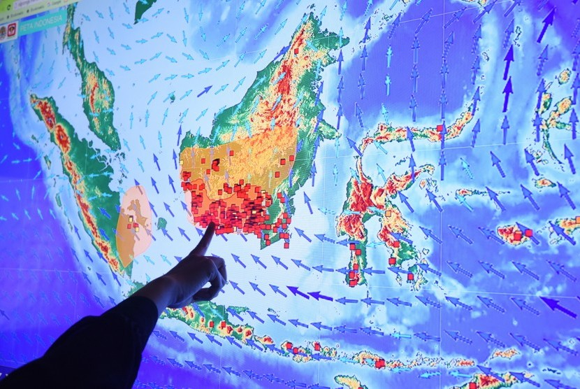 Seorang petugas menghitung jumlah titik api (hot spot) di Posko Kebakaran Lahan dan Hutan Kementerian Lingkungan Hidup dan Kehutanan, Jakarta, Selasa (22/9).