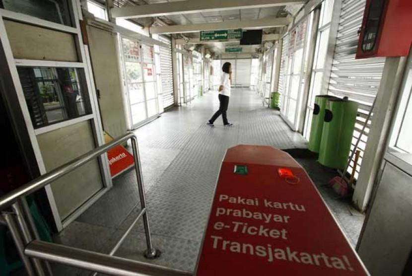 Seorang petugas menunggu beroperasinya bus transjakarta di Halte Harmoni, Jakarta Pusat, Rabu (1/5).