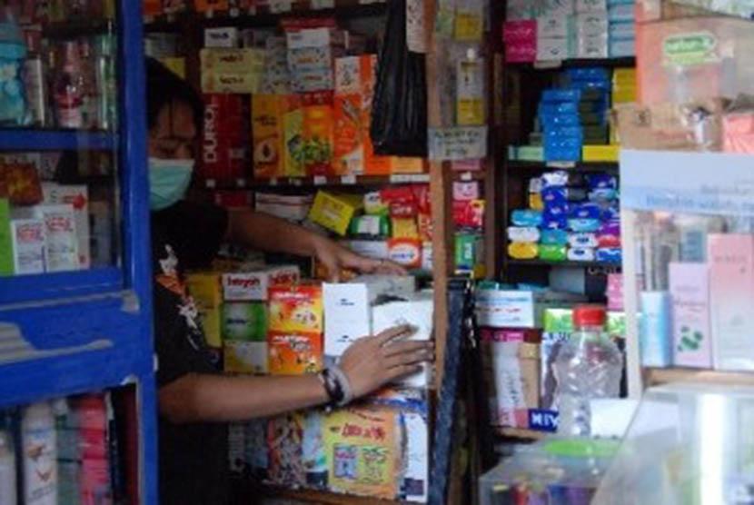 Seorang petugas merapikan obat-obatan di salah satu apotek (ilustrasi).