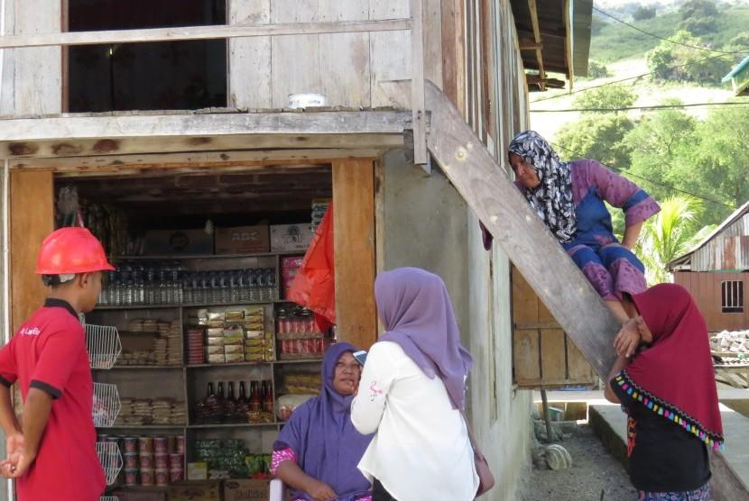 Seorang petugas PLN berbincang dengan beberapa warga Desa Komodo, Kecamatan Komodo, Manggarai Barat, Rabu (28/3).