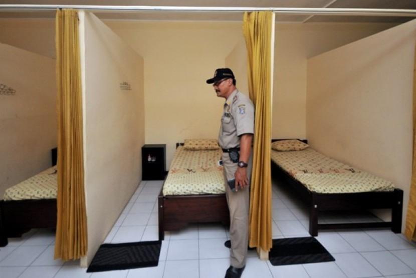 Seorang petugas Satuan Polisi Pamong Praja (Satpol PP) melakukan pemeriksaan ruangan sebuah panti pijat terkait kelengkapan izin tempat rekreasi dan hiburan umum (RHU) di Kawasan Ngagel Jaya, Surabaya, Jatim, Selasa (14/2). Sebanyak tujuh tempat RHU yang t