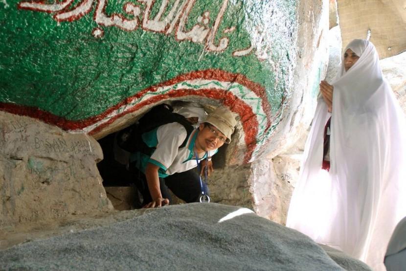 Seorang peziarah keluar dari mulut Gua Tsur saat melakukan ziarah di gua yang pernah dijadikan tempat persembunyian Rasulullah SAW dan sahabatnya (Abu Bakar ash-Shiddiq) tersebut.