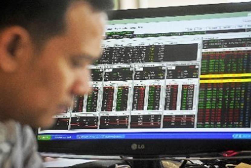 Seorang pialang saham sedang mengamati pergerakan IHSG/Ilustrasi