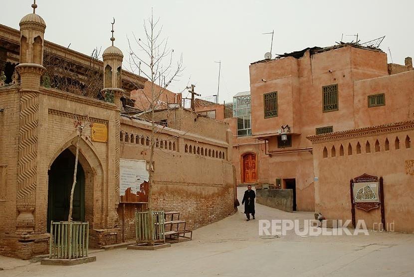 Seorang pria berjalan menuju masjid untuk melaksanakan shalat di sebuah masjid di kota tua Khasgar, Daerah Otonomi Xinjiang Uighur, China.