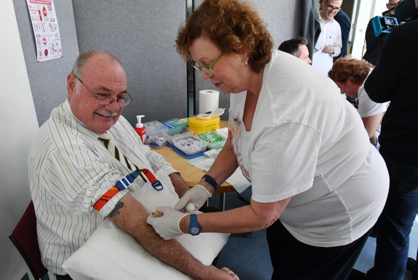 Seorang pria melakukan tes darah untuk mengecek kanker prostat di Canberra, Australia. Kanker prostat lebih banyak terjadi pada laki-laki berusia di atas 50 tahun.