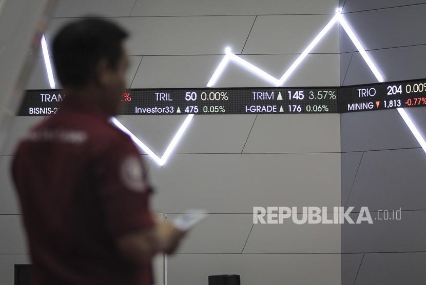 Seorang pria mengamati layar pergerakan Indeks Harga Saham Gabungan (IHSG) di gedung Bursa Efek Indonesia, Jakarta, Jumat (5/4/2019).