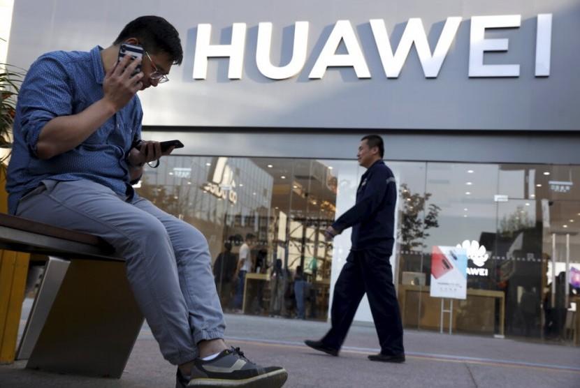 Seorang pria menggunakan ponsel androidnya.