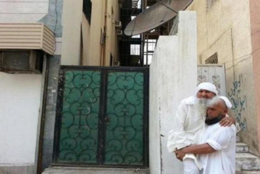 Seorang pria Muslim Pakistan yang tidak ingin disebutkan namanya tertangkap kamera sedang menggendong ayahnya yang lumpuh untuk berhaji.