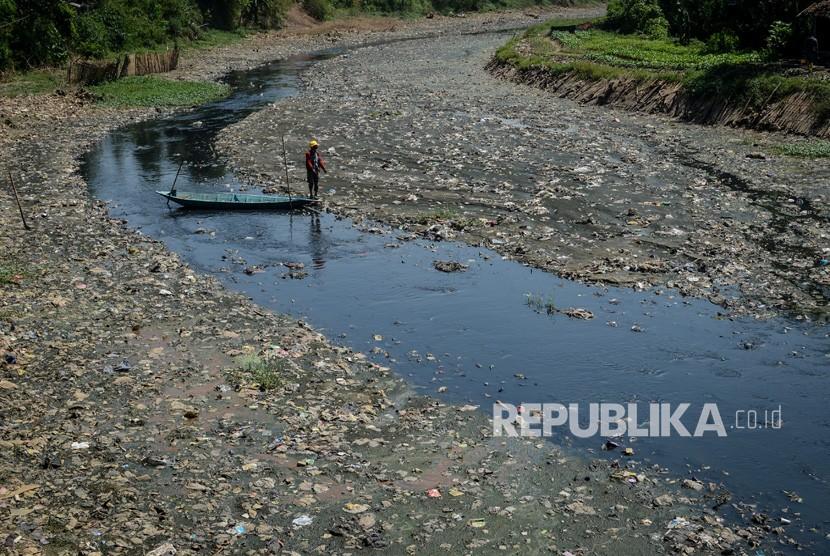 Seorang relawan mencari sampah plastik di Sungai Citarum Lama, Rancamanyar, Kabupaten Bandung, Jawa Barat, Senin (14/5).