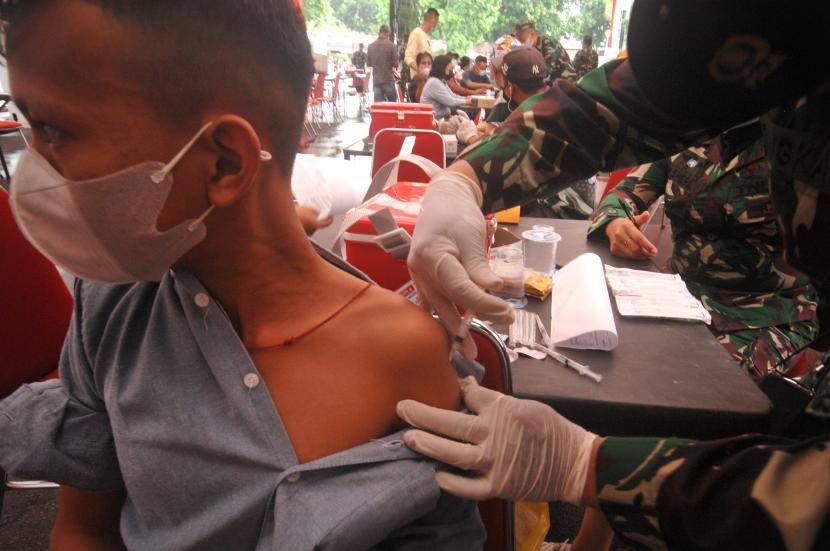 Seorang remaja mendapatkan suntikan vaksin Covid-19 yang digelar TNI (ilustrasi).
