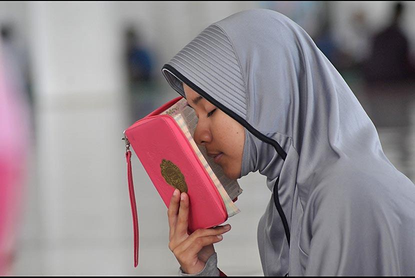 Seorang santri menghafal ayat Alquran (ilustrasi)