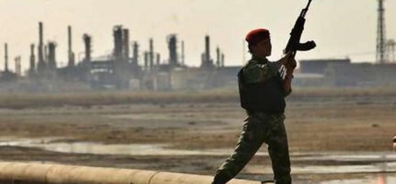 Seorang serdadu Irak menjaga salah satu kilang minyak Irak di Basrah.