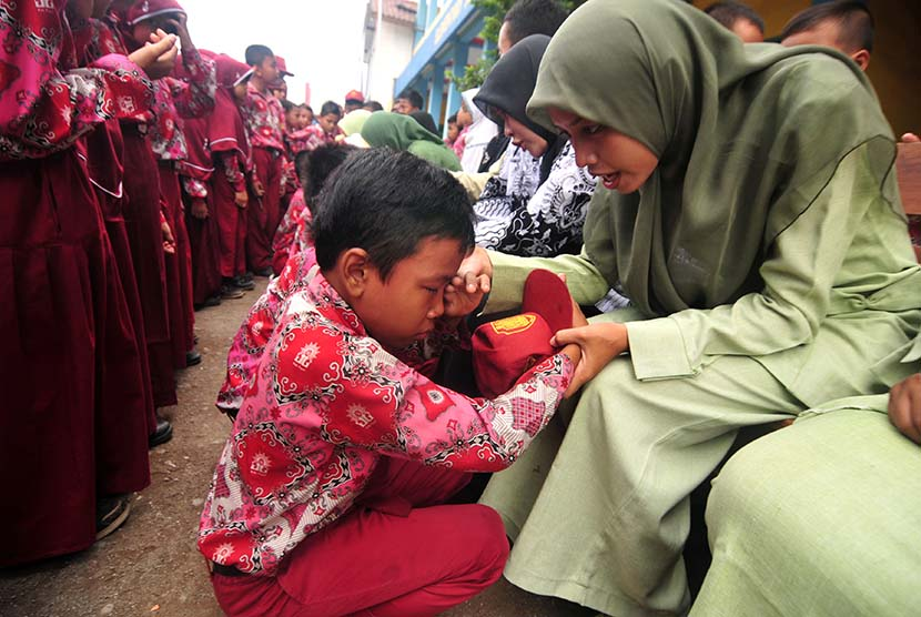 Seorang siswa menangis saat sungkeman kepada guru di SD Muhammadiyah Kemantran, Kabupaten Tegal, Jawa Tengah, Rabu (25/11). (Antara/Oky Lukmansyah)