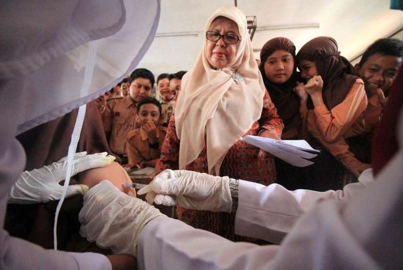Seorang siswa mendapat suntikan vaksin Measles Rubella (MR) dari petugas Puskesmas di SDN 1 Lhokseumawe, Aceh, Sabtu (4/8).