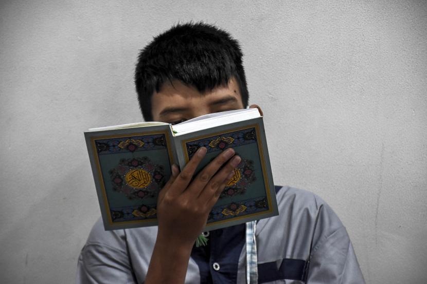 Seorang siswa penyandang disabilitas membaca Alquran saat kegiatan Pesantren Kilat Ramadhan.