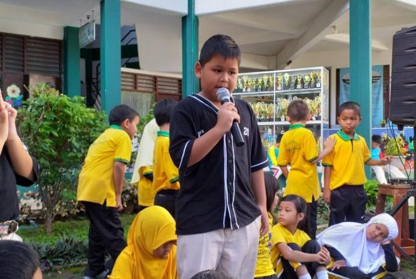 Seorang siswa SD Bosowa Bina Insani (BBI) Bogor tampil membawakan cerita (story telling) di hadapan teman-teman dan gurunya.
