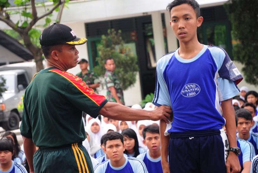 Seorang siswa SMA diajarkan disiplin oleh anggota saat mengikuti pendidikan bela negara di Markas Kodim 0712, Kabupaten Tegal, Jateng ( ilustrasi)