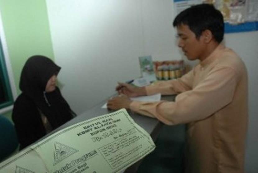 Seorang teller melayani nasabah di Baitul Maal Wa Tamwil (BMT).