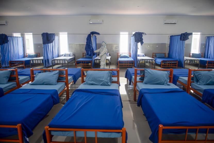 Seorang tenaga kesehatan menata ruangan isolasi di Rumah Sakit Darurat.