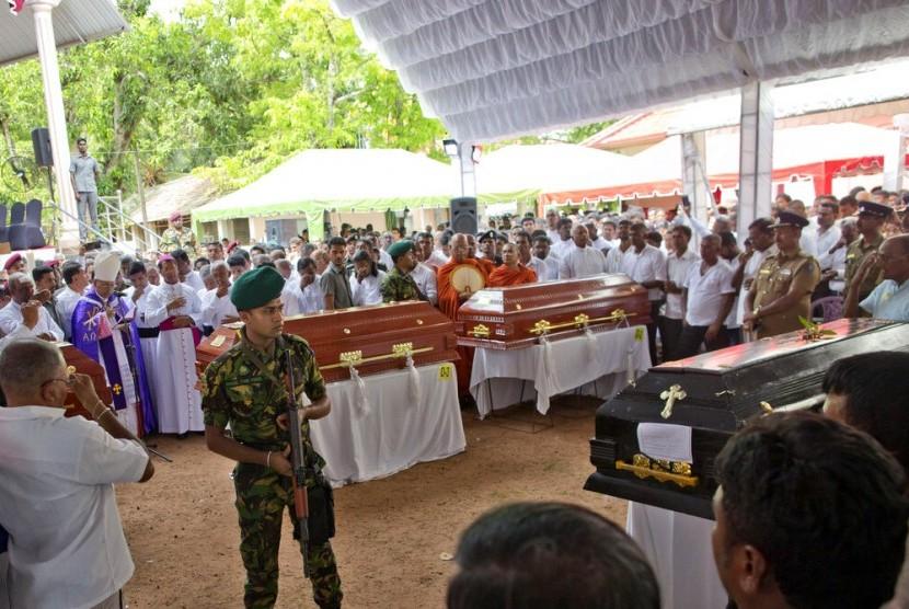Seorang tentara menjaga upacara pemakaman yang dihadiri Kardinal Malcolm Ranjith bagi korban serangan bom di Gereja St. Sebastian di Negombo, Sri Lanka, Selasa (23/4).