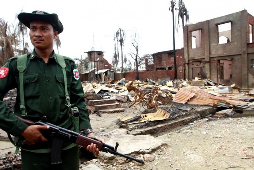 Tentara Myanmar berjaga di bangunan yang rusak di Rakhine, Myanmar. (ilustrasi)