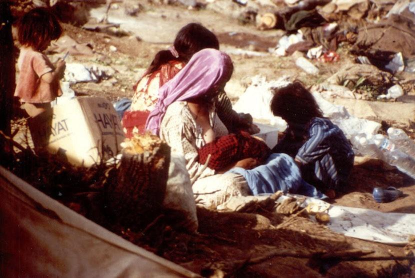 Seorang wanita dan anak-anaknya di kemah pengungsi Turki pada akhir Perang Teluk pertama