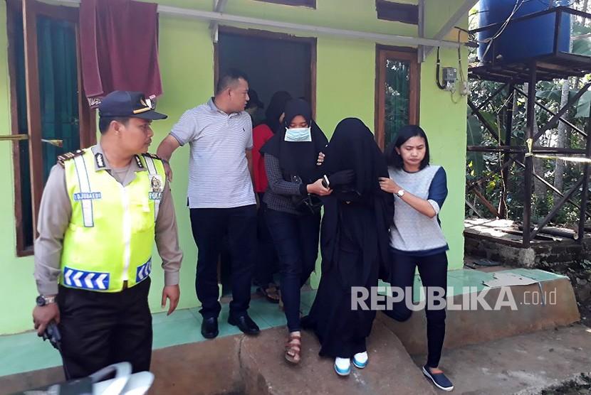 [ilustrasi] Seorang wanita yang merupakan istri terduga teroris ikut diamankan densus 88 Mabes Polri di Kampung Sampora Desa Bojong Raharja Kecamatan Cikembar Kabupaten Sukabumi Jawa Barat Ahad (13/5).