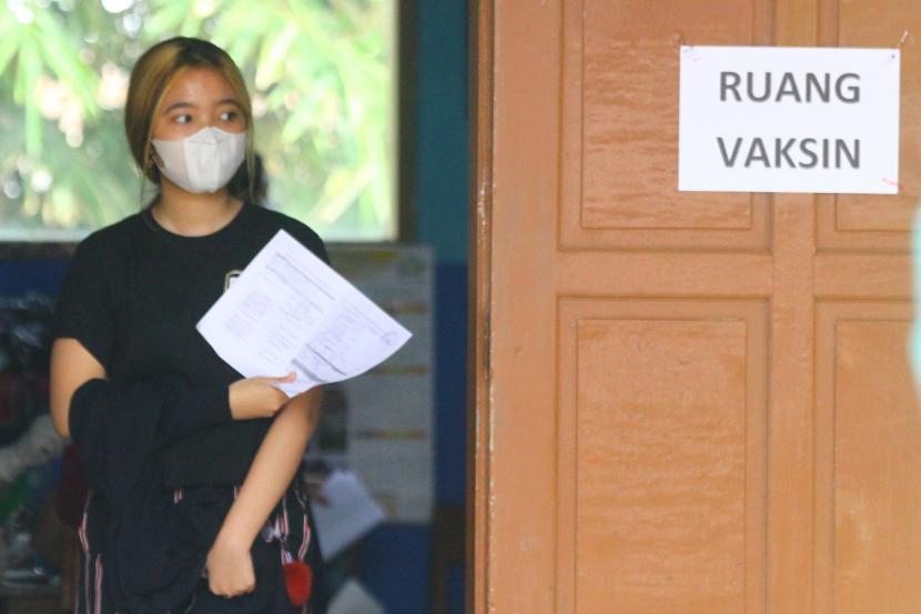 Seorang warga keluar dari ruang vaksin saat mengikuti vaksinasi massal yang diadakan pemerintah setempat di gedung sekolah untuk menghemat anggaran di SD Saptorenggo 2, Pakis, Malang, Jawa Timur, Sabtu (31/7/2021). Kementerian Dalam Negeri mencatat rata-rata realisasi belanja Anggaran Pendapatan dan Belanja Daerah (APBD) untuk penanganan pandemi COVID-19 dari seluruh provinsi dinilai masih rendah yaitu baru mencapai 29,19 persen atau setara Rp 5,78 triliun