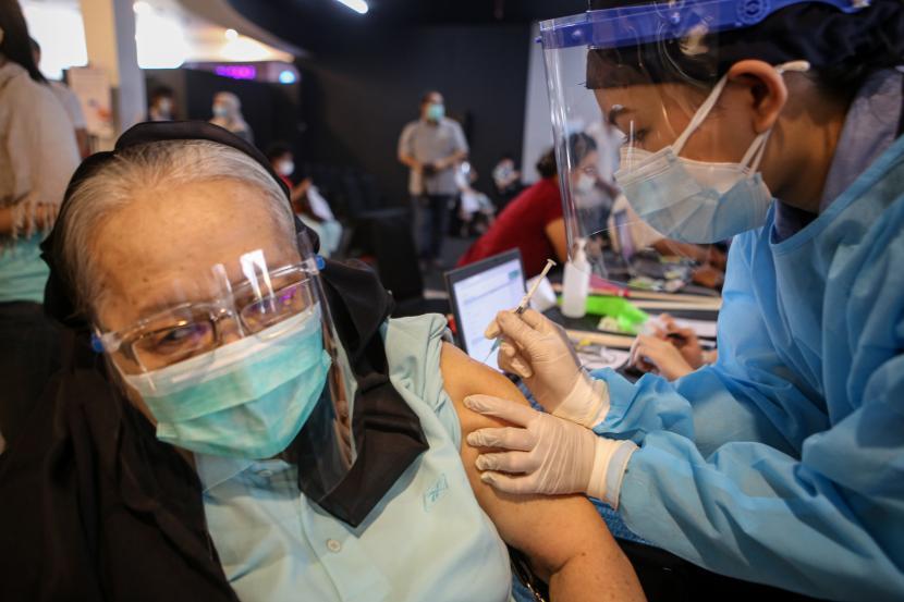 Seorang warga lanjut usia (lansia) menerima suntikan vaksin COVID-19 di Lippo Village, Kelapa Dua, Kabupaten Tangerang, Banten, Jumat (19/3/2021). Sebanyak dua ribu lansia mengikuti vaksinasi dosis pertama ditempat tersebut dengan target hingga tiga hari ke depan.