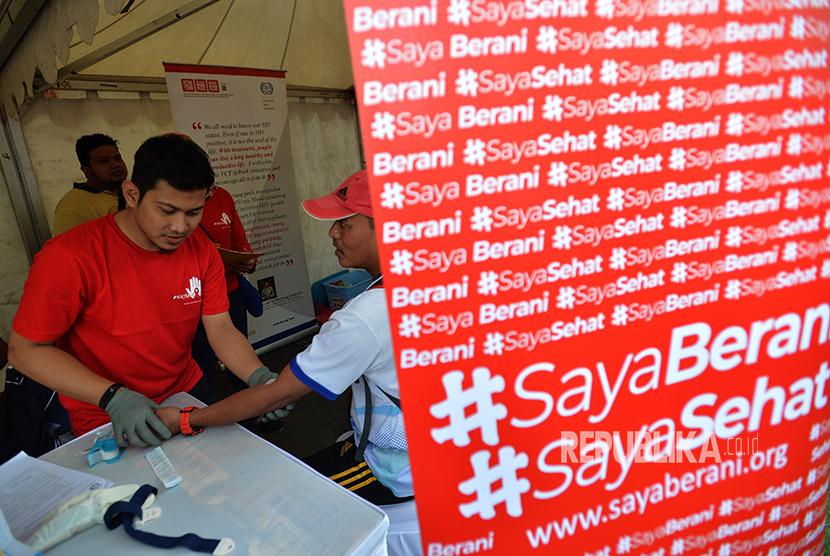 Seorang warga melakukan cek VCT atau tes HIV/AIDS dalam rangka peringatan Hari Aids Sedunia yang diselenggarakan oleh Forum LSM Peduli AIDS di Kawasan Bundaran HI Jakarta, Ahad (3/12).