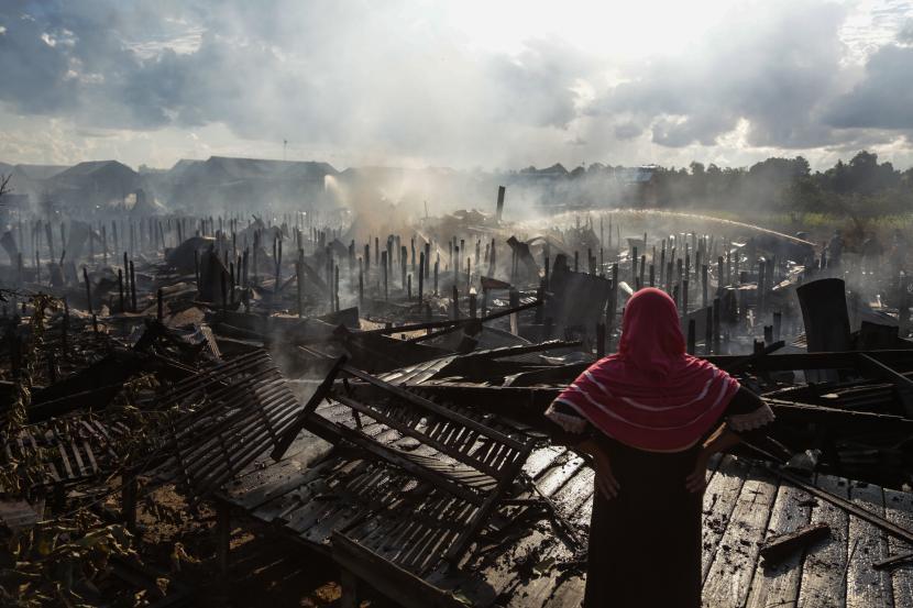 Seorang warga melihat rumahnya yang hangus terbakar di permukiman padat penduduk di Kelurahan Tumbang Rungan, Palangkaraya, Kalimantan Tengah, Selasa (3/8/2021). Kebakaran yang terjadi pada pukul 14.00 WIB tersebut menghanguskan sebanyak 29 rumah dan satu sarang burung walet, sementara penyebab terjadinya kebakaran masih dalam penyelidikan.