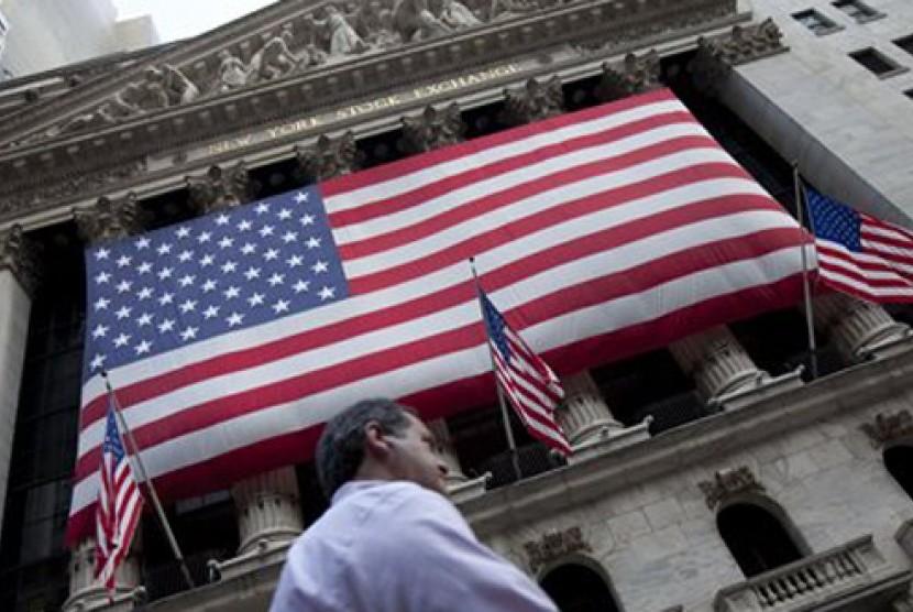 Seorang warga melintas di gedung Bursa Efek New York