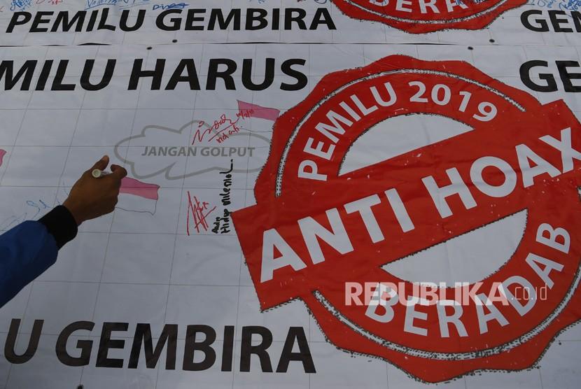Seorang warga membubuhkan tanda tangan untuk mendukung Pemilu 2019 anti hoax