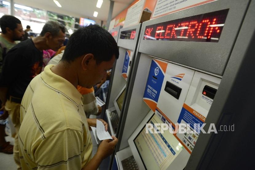 Seorang warga memesan tiket kereta api H-8 lebaran secara online di Stasiun Pasar Senen, Jakarta, Ahad (19/3).
