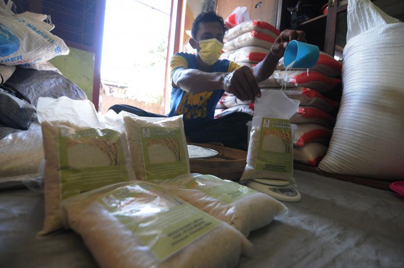 Seorang warga mengemas hasil pertanian beras Basmati di Sidowayah, Polanharjo, Klaten, Jawa Tengah, Sabtu (25/9/2021). Hasil pertanian padi Basmati dari wilayah tersebut, biasanya dapat diolah menjadi pelengkap masakan Timur Tengah dan India yang memiliki harga jual tinggi yaitu Rp30 ribu per kilogram dan telah memenuhi permintaan pembeli ke daerah Jakarta.